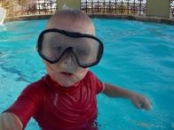 Arthur dans la piscine de la marina, où il a appris à nager.