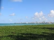 Joao Pessoa au loin vue de la plage d'Intermares