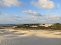 Le village au pied des dunes.