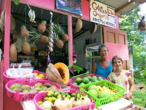 Lucille et Awen devant le petit commerce.