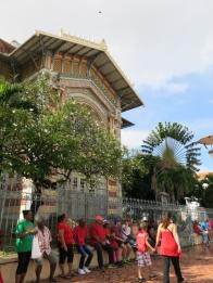 Carnaval devant la bibliothèque V. Schoelcher