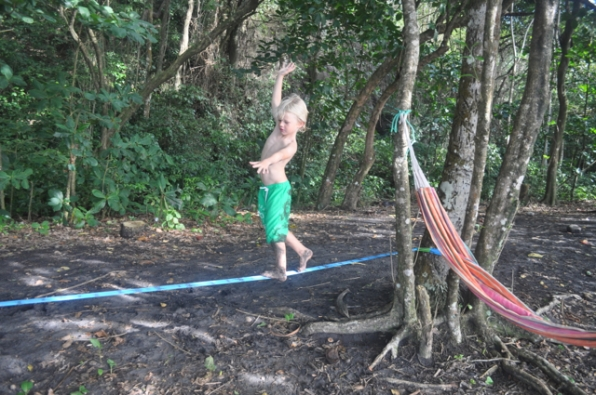 Arthur sur la slackline en Martinique.