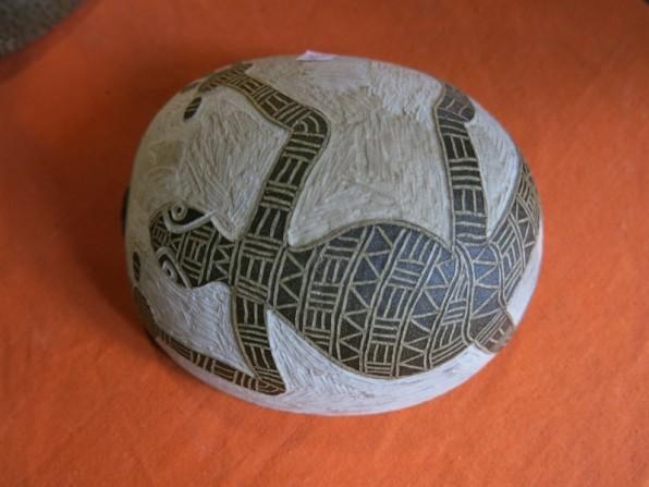 Gravure sur calebasse, effectuée par le fils de Ghislaine.