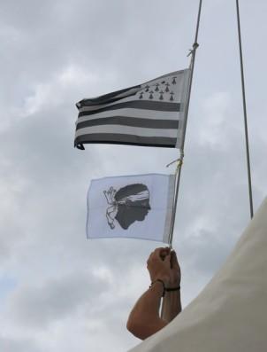 Mathias ajoute son drapeau à côté du nôtre.